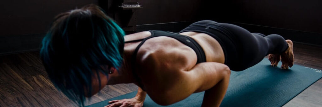 woman doing a plank, using piriformis muscles
